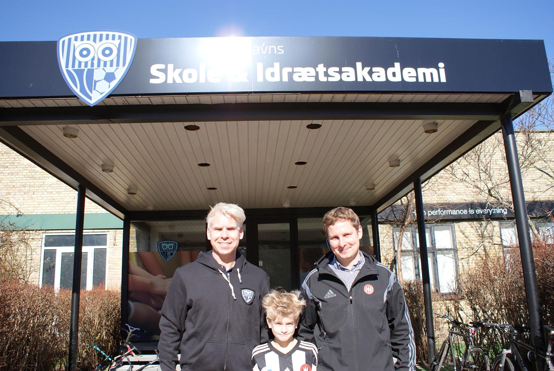 Skoleleder Johnny Wetterstein og administrationschef Mads Harder med Noah Husfeldt imellem sig, der også går på skolen og spiller i B1903