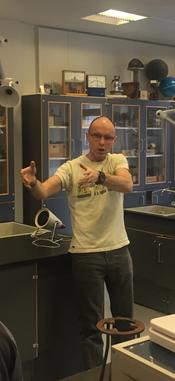 Fysiklærer Jochen Hell forklarer forsøgene i fysik
