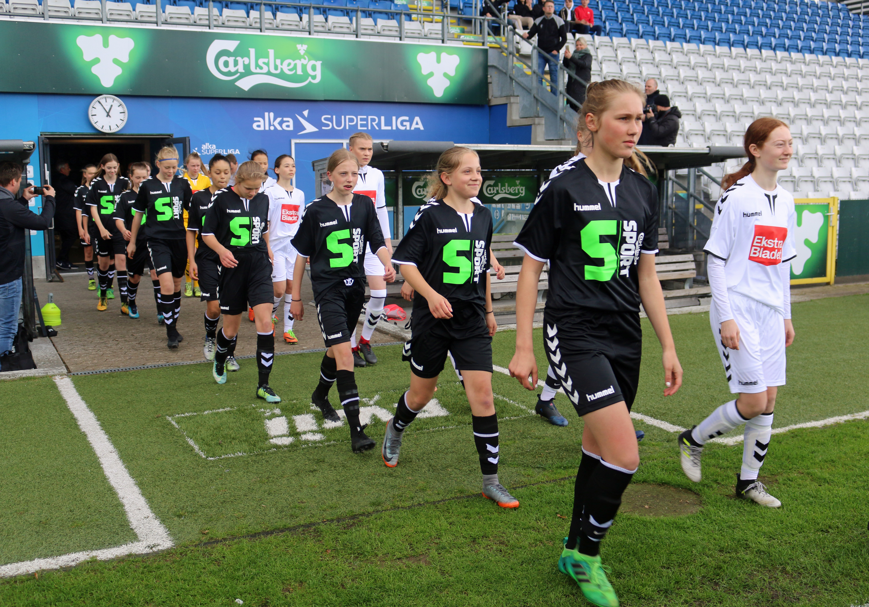 Spændte piger på vej ind på Odense Stadion