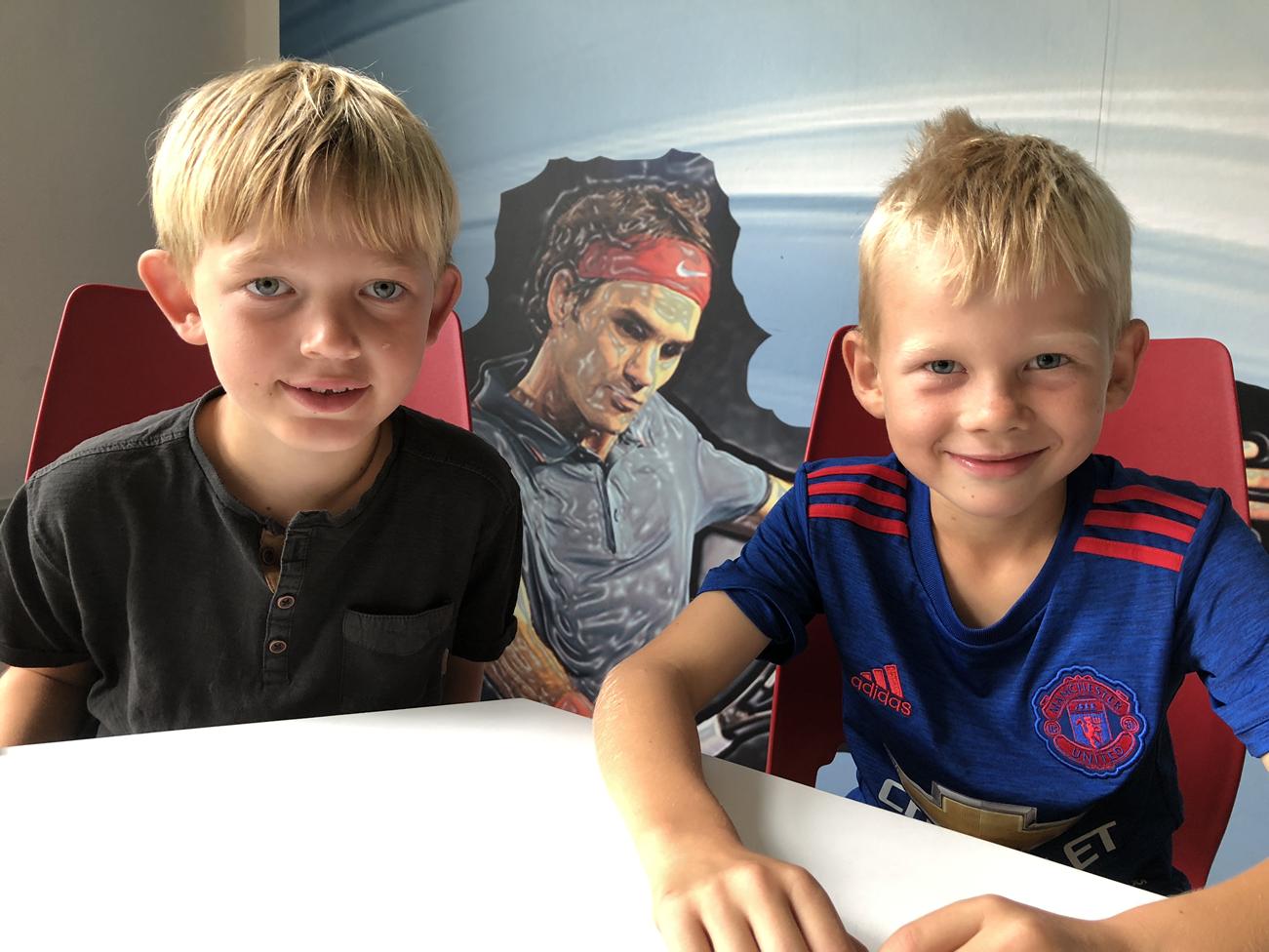 Isak og victor med deres tennisidol på bagvæggen